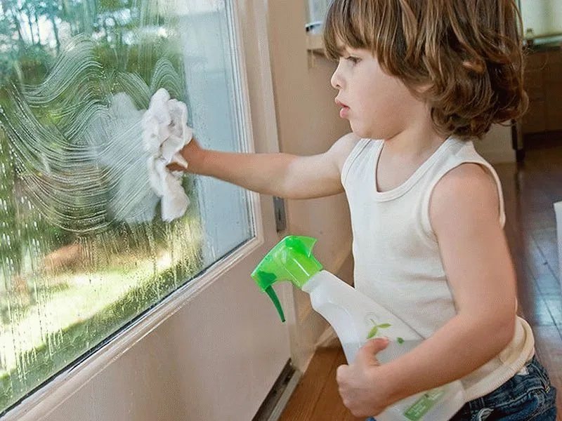 Монтессори занятия дома – Мытье окон