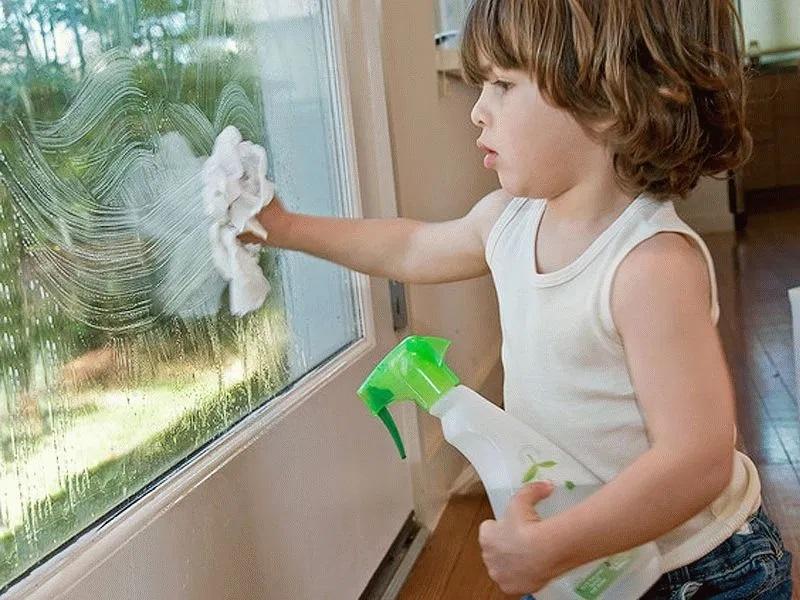 Монтессори занятия дома — Мытье окон